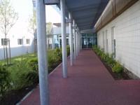 Sol coulé extérieur sur les circulations extérieures d'un hôpital