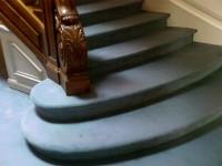 Moquette 80 % laine, 20% polyamide tendue sur thibaude dans escalier