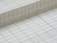 Carrelage en grès emaillé avec plinthes à gorge