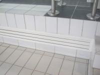 Détail Grès Emaillé 11.5 x 24 blanc au sol avec incorporation grille de soufflage