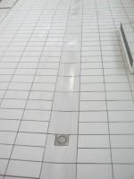 Détail Grès Emaillé 11.5 x 24 blanc au sol avec siphon, goulotte et forme de pente