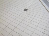Détail Grès Emaillé 11.5 x 24 blanc au sol avec siphon et forme de pente