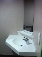 Plan vasque en angle dans douche PMR