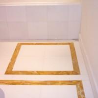 Sol salle de bain en blanc Thassos et jaune de Jura