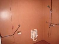 Salle d'eau en PVC conforme au Guide des salles d'eau accessibles à usage individuel dans les bâtiments d'habitation